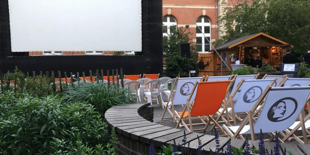 Liegestühle mit Logo des Open Air Kinos Spandau
